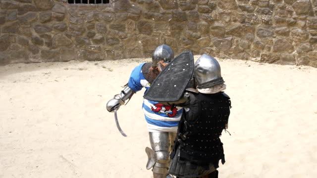 stockvideo's en b-roll-footage met ridders in een duel met zwaarden en schilden - ridderlijkheid