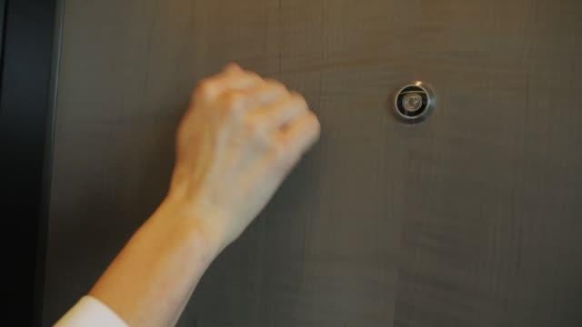 ドアノックに - 拳 イラスト点の映像素材/bロール