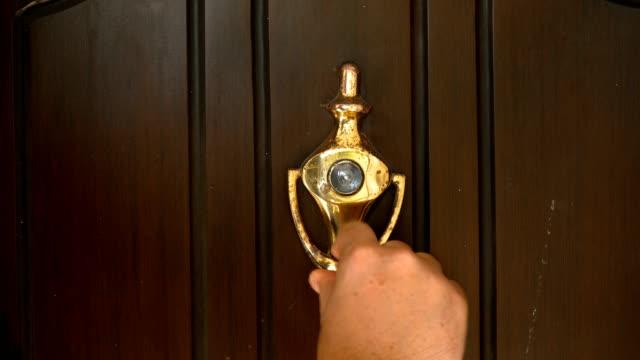 vídeos de stock e filmes b-roll de knocking door by a man close up shot - door knock