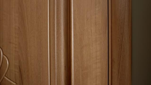 vídeos de stock e filmes b-roll de knocking door with male and female hand close up banging on the wooden brown door - door knock