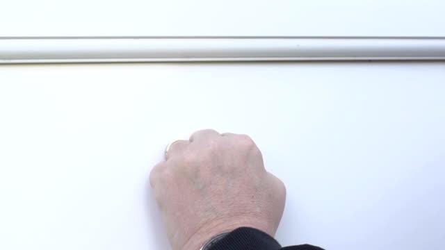 """vídeos de stock e filmes b-roll de """" bater à porta""""  em branco porta da frente-super câmara lenta - door knock"""