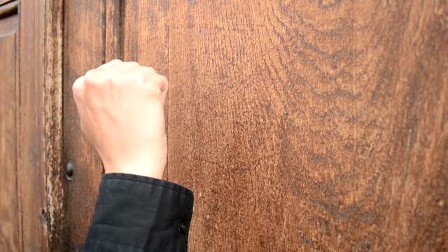 anklopfen auf hölzerne tür - mann tür heimlich stock-videos und b-roll-filmmaterial