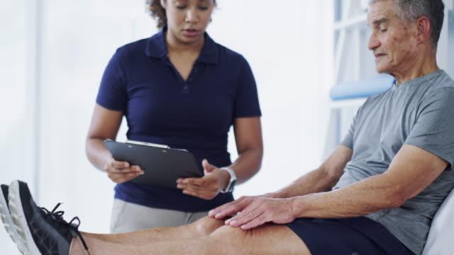 jag vet exakt vad som orsakar din smärta - fysiotherapy bildbanksvideor och videomaterial från bakom kulisserna