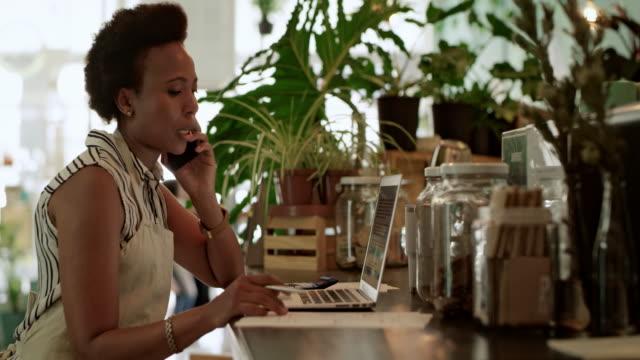 jag vet vem jag ska ringa efter ekonomisk rådgivning. - småföretagande bildbanksvideor och videomaterial från bakom kulisserna