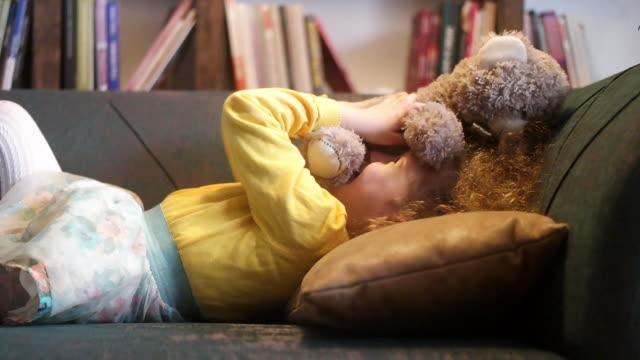 vídeos de stock e filmes b-roll de i know teddy is cute but i think i'm cuter - teddy bear