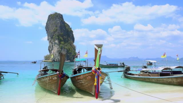 ko poda island med vackra kristall klart turkos blått hav och båtar på ao phra nang bay, krabi, thailand - provinsen phuket bildbanksvideor och videomaterial från bakom kulisserna