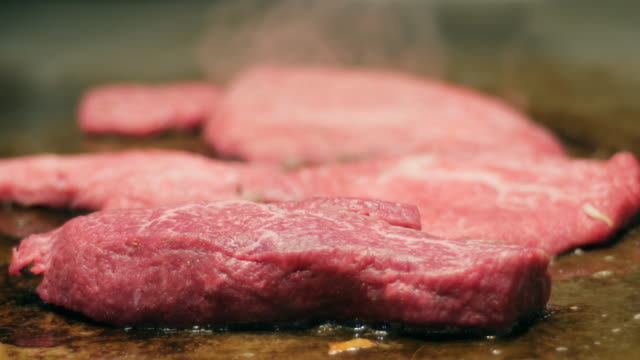 kobe beef teppanyaki japanese grill , japanese food , hyogo , japan - mielona wołowina filmów i materiałów b-roll