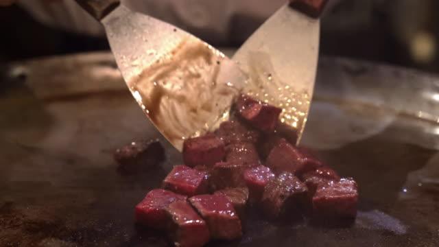 kobe wagyu beef steak bbq teppanyaki - płyta do pieczenia filmów i materiałów b-roll