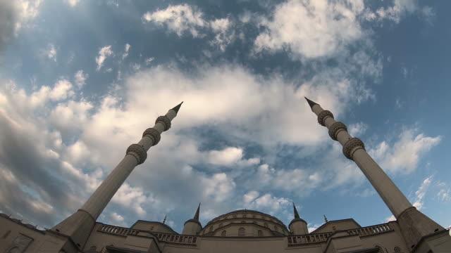 kocatepe-moskén i ankara, tid förfaller video. moskén minaret himmel och moln - anatolien bildbanksvideor och videomaterial från bakom kulisserna