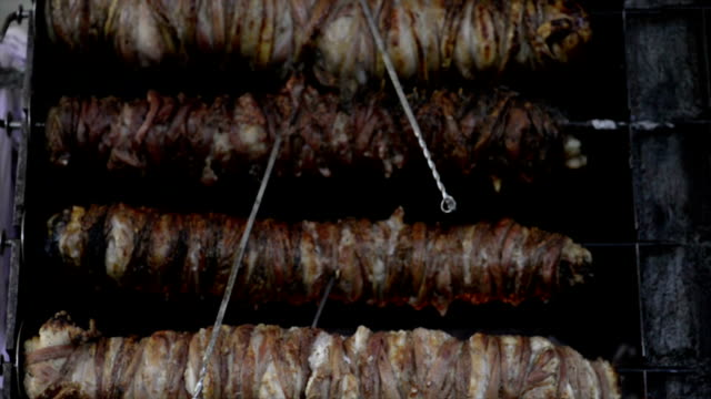 vídeos de stock e filmes b-roll de kokorec roasting counter. - produto de carne