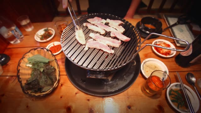 korean bbq timelapse - cultura coreana video stock e b–roll