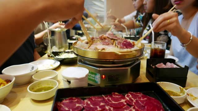 vídeos de stock, filmes e b-roll de churrasco coreano - coreia