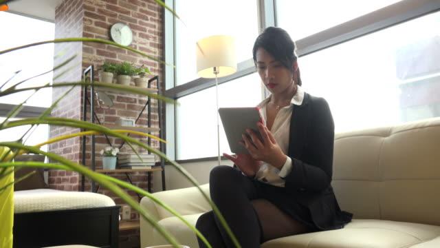 韓國女經理 女 商務 婦女 與 ipad 平板電腦 在 酒店 - 菲律賓人 個影片檔及 b 捲影像