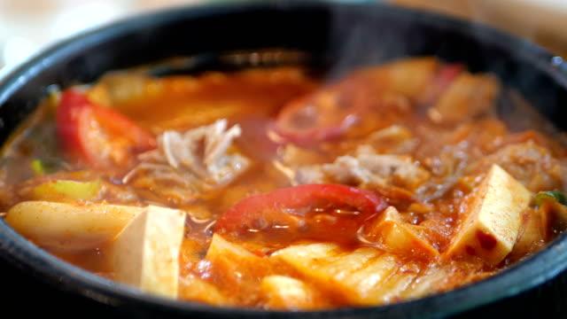 vídeos de stock e filmes b-roll de korean kimchi soup - comida asiática