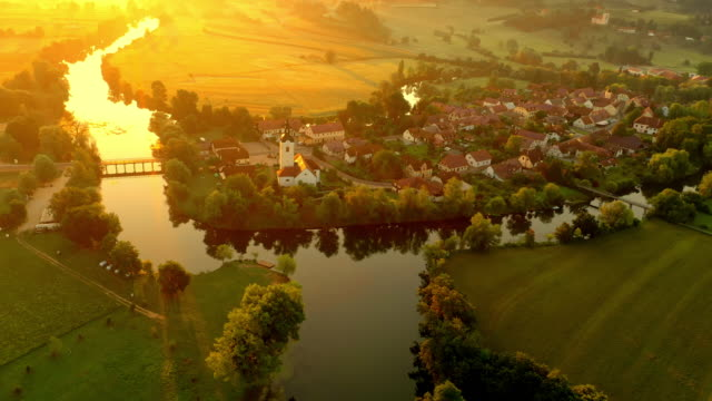 vídeos de stock e filmes b-roll de aerial kostanjevica na krki at sunset - aldeia