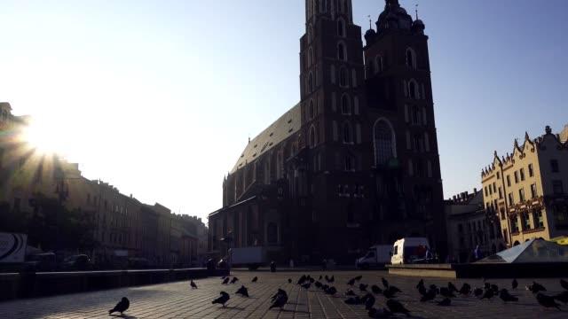 krakau historischen marktplatz, polen, mitteleuropa am morgen. - krakau stock-videos und b-roll-filmmaterial