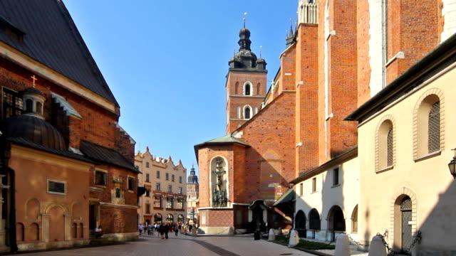 krakau, die marienkirche m - polnische kultur stock-videos und b-roll-filmmaterial