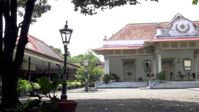 kraton eller keraton är det javanesiska ordet för ett kungligt palats. dess känt härledas från ka-ratu-an vilket innebär att uppehållet av ratu - sarong bildbanksvideor och videomaterial från bakom kulisserna