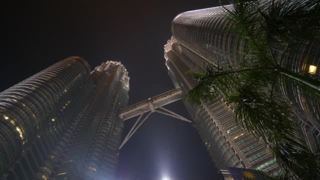 kuala lumpur city night upplysta berömda torn top up visa panorama 4k malaysia - petronas twin towers bildbanksvideor och videomaterial från bakom kulisserna