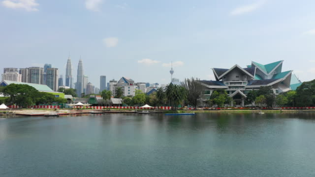 kuala lumpur stadt sonnigen tag innenstadt park see luftbild panorama 4k malaysia - wahrzeichen stock-videos und b-roll-filmmaterial