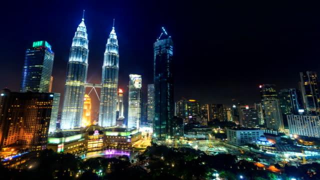 kuala lumpur stadsbild landmark resa plats av malaysia 4k natt tid förflutit (dolly skott) - petronas twin towers bildbanksvideor och videomaterial från bakom kulisserna