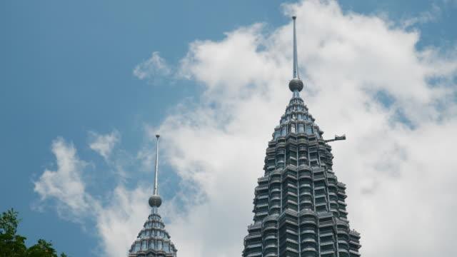 kuala lumpur sunny day downtown berömda towers topp slow motion panorama 4k malaysia - petronas twin towers bildbanksvideor och videomaterial från bakom kulisserna