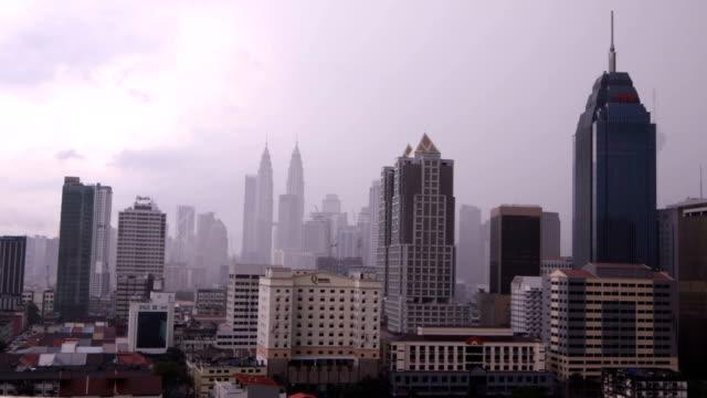 kuala lumpur tid förflutit dagtid under ett regn storm hd-video - petronas twin towers bildbanksvideor och videomaterial från bakom kulisserna