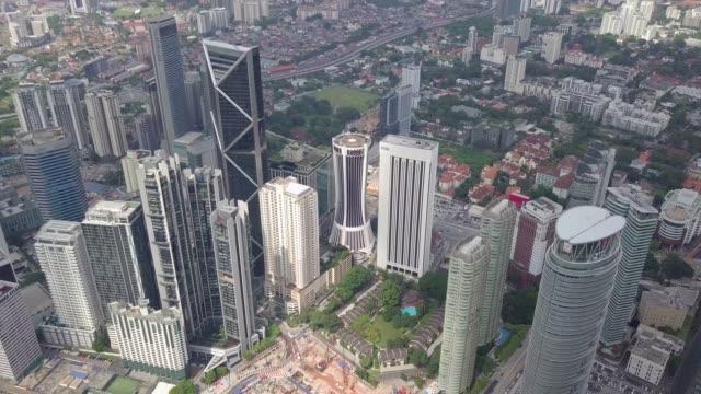 쿠알라룸푸르 도시 풍경 무인 항공기 기울기 평면도 - 틸트 스톡 비디오 및 b-롤 화면