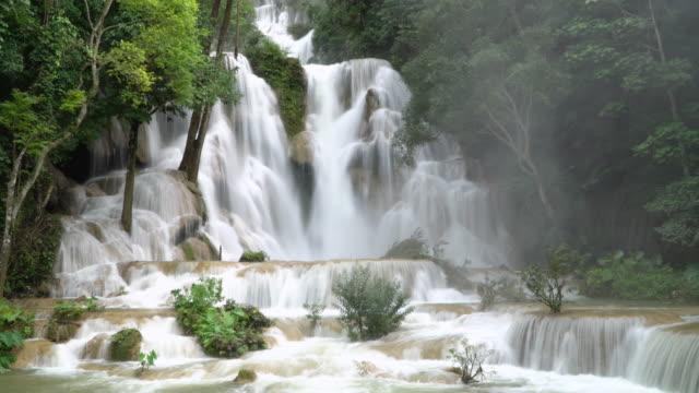 4k, kuang si waterfall in luang prabang, laos. - водопад стоковые видео и кадры b-roll
