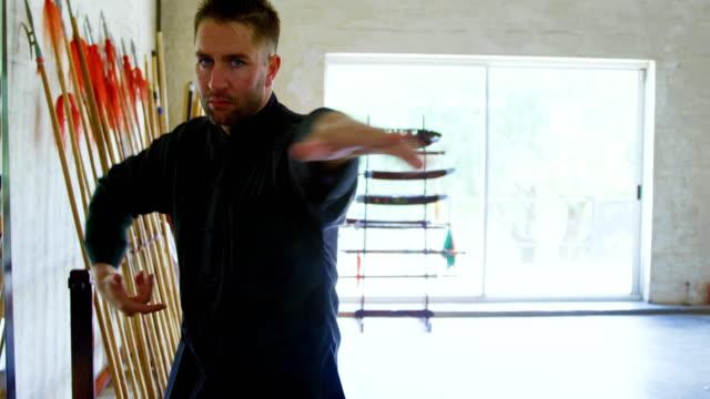 vídeos de stock, filmes e b-roll de lutador de kung fu, praticando artes marciais 4k - autodefesa