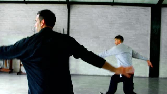 vídeos de stock, filmes e b-roll de lutadores de kung fu, praticando artes marciais 4k - autodefesa