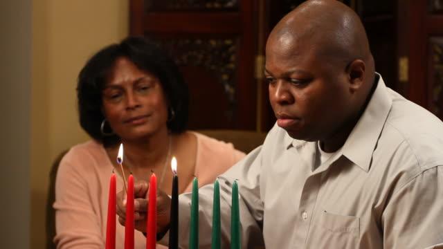 Kwanzaa pareja hombre luces velas - vídeo
