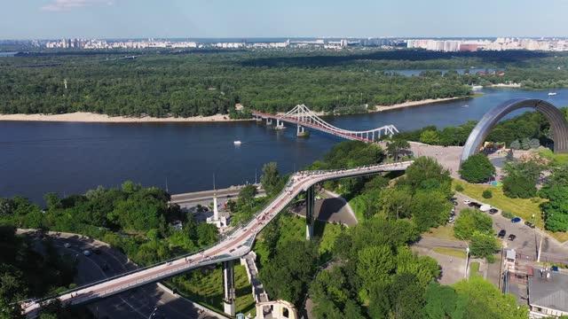 vídeos de stock, filmes e b-roll de vista aérea da paisagem turística da cidade de kyiv - ucrânia