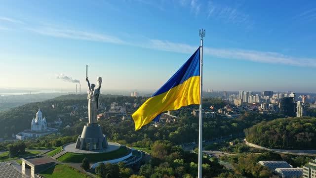 vídeos de stock, filmes e b-roll de kyiv - bandeira nacional da ucrânia durante o dia. vista aérea. kiev - ucrânia
