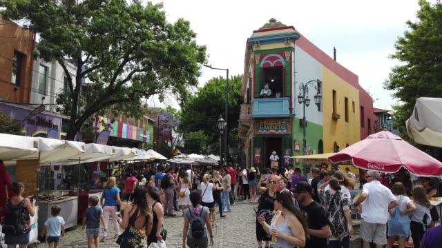 quartiere di la boca pieno di gente - america latina video stock e b–roll