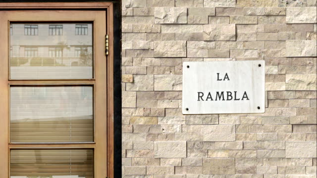 vídeos y material grabado en eventos de stock de la señal de la rambla calle. el mundo de la calle más famosa de la rambla, en barcelona. - señalización vial