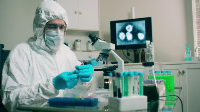 wuhan coronavirus virüs örneği ile laboratuvar teknolojisi - covid testing stok videoları ve detay görüntü çekimi