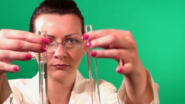 lab arbeitnehmer überprüfen test tube - wissenschaftlerin stock-videos und b-roll-filmmaterial