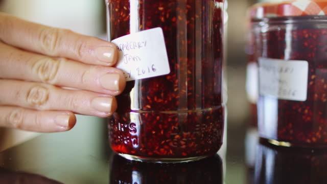 kennzeichnung von glas marmelade - etikett stock-videos und b-roll-filmmaterial