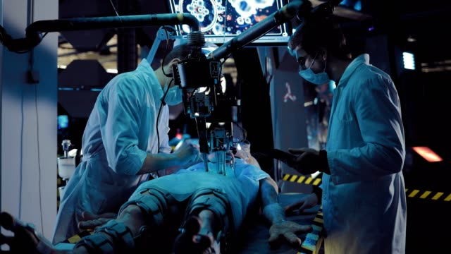 vídeos y material grabado en eventos de stock de los asistentes de laboratorio realizan una autopsia de un extraterrestre espacial, obras de equipo especial. funciona la vigilancia de la pantalla. - autopsia