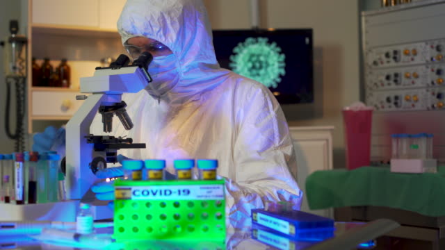 laboratuvar ekipmanları ve diğer donanımları arka planda bir bilgisayar monitöründe virüs bir görüntü ile coronavirus covid19 için bir aşı üzerinde çalışıyor araştırmacı için kullanılır. - covid vaccine stok videoları ve detay görüntü çekimi