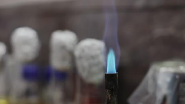 laboratuvar gaz brülörü mavi alev - bunsen beki stok videoları ve detay görüntü çekimi