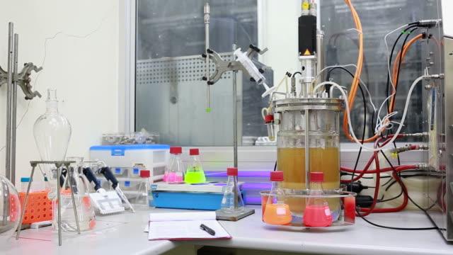 articoli di vetro di laboratorio e strumento. - fermentare video stock e b–roll