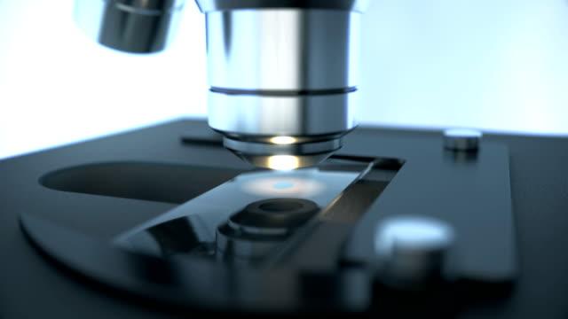 サンプルスライド上の化学的落下を検査する実験室顕微鏡科学研究 - 研究所点の映像素材/bロール
