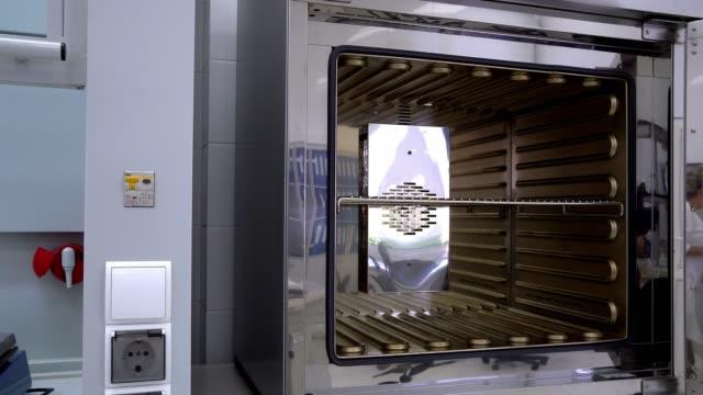 sterilizzatore di laboratorio da vicino - autoclave video stock e b–roll