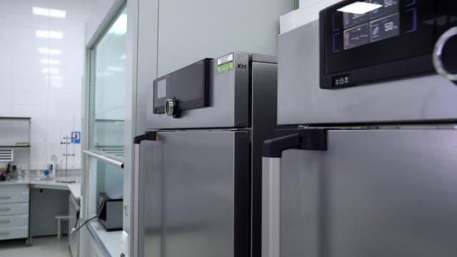 forno sterilizzatore di laboratorio - autoclave video stock e b–roll