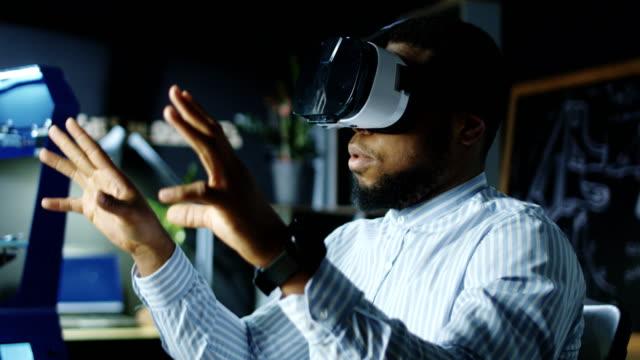 laboratuvar işçi vr gözlük - sanal gerçeklik stok videoları ve detay görüntü çekimi