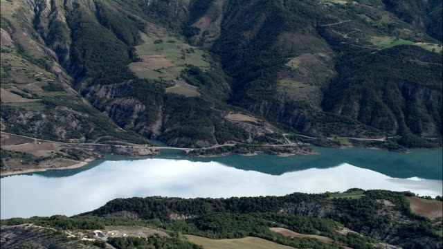 lac de serre-poncon  - aerial view - provence-alpes-côte d'azur, hautes-alpes, france - barrage de serre poncon stock videos & royalty-free footage