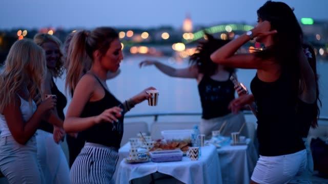 Senhoras, celebrando a festa de despedida de solteira - vídeo