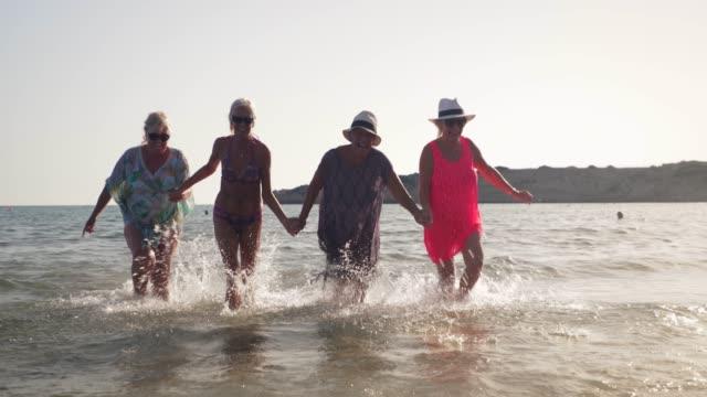 damer i havet - aktiva pensionärer utflykt bildbanksvideor och videomaterial från bakom kulisserna